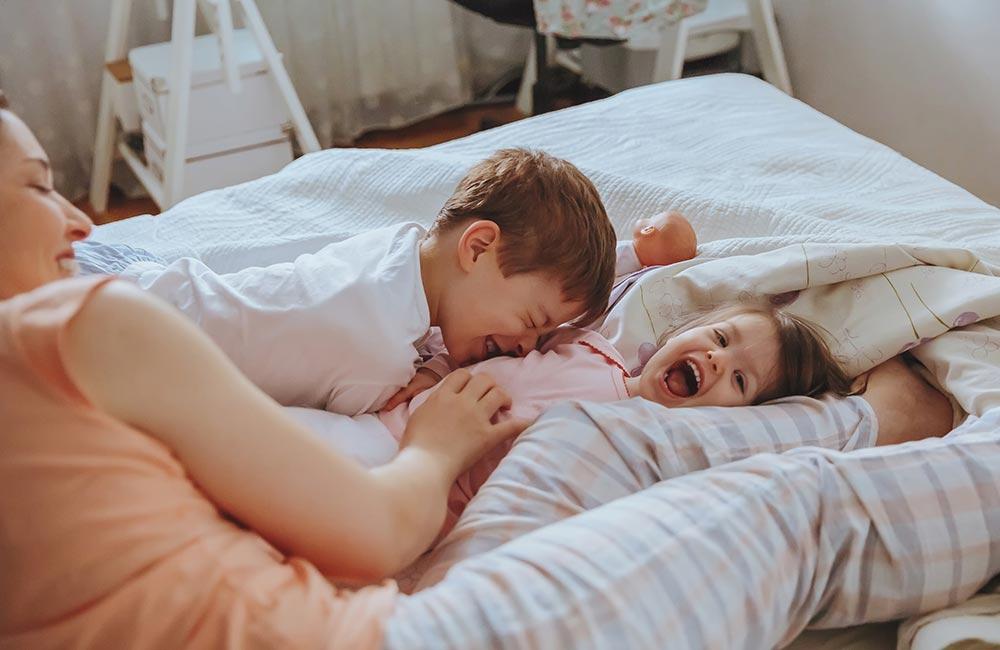 v-posteli-s-mamochkoy-zalivayut-spermoy-pizdu